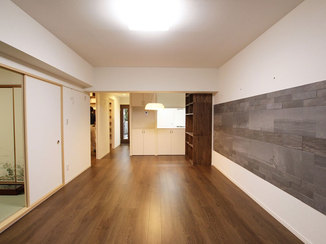 マンションリフォーム 収納造作とエコカラットで充実したリビングと鮮やかなワインレッドが映えるL型キッチン