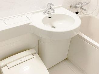 バスルームリフォーム 大理石調のバスルームと洗練された杢目の床で、ホテルのような高級感のある住まい