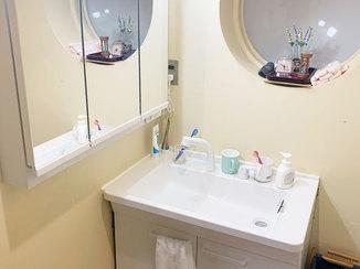 洗面リフォーム 寒い朝でもお湯で顔を洗える、三面鏡が便利な洗面所