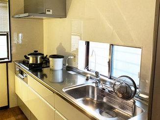 キッチンリフォーム スライド収納が使いやすい、シンプルで機能的なキッチン