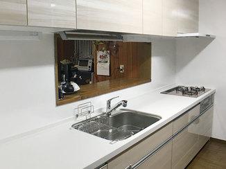 キッチンリフォーム 手元照明を2ヵ所つけ、作業スペースを明るくしたキッチン