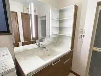 洗面リフォーム オープンなサイド収納が使いやすい、高級グレードの洗面台