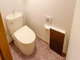 トイレリフォーム キャビネットにすっきり収納できる、清潔感のある2つのトイレ