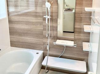 バスルームリフォーム ボタンひとつで床を洗浄できる、温かく快適なユニットバス