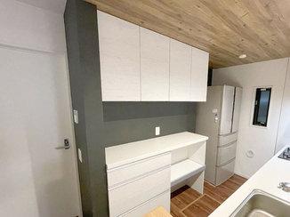 キッチンリフォーム シックな雰囲気のキッチンとアクセントクロスが映える洗面所