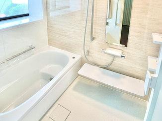 バスルームリフォーム 明るい印象のトイレと手入れのしやすいバスルーム